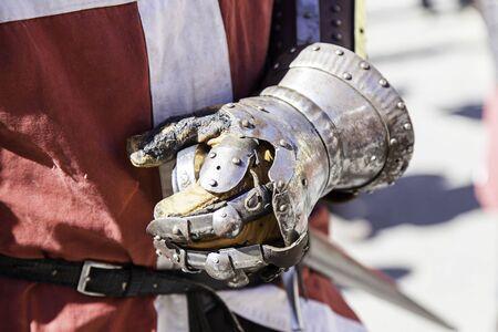 cavaliere medievale: Metallo cavaliere medievale guanto, dettaglio protettivo per un gentiluomo Archivio Fotografico