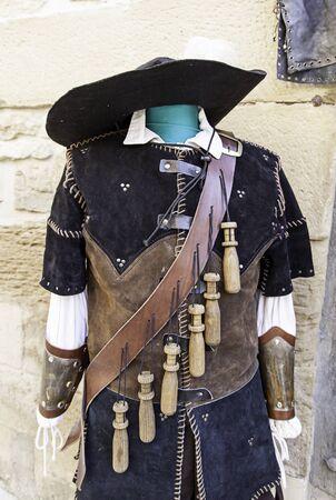 mosquetero: Viejo traje de mosquetero, detalle de la típica vestimenta guerrero