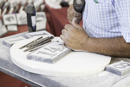 Personne sculpture sur pierre, détail d'un travail manuel et artisanal Banque d'images