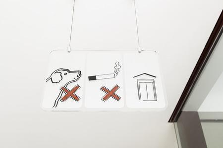 prohibition: Signe d'interdiction, pas de chiens acceptés non fumeurs, l'information et l'interdiction