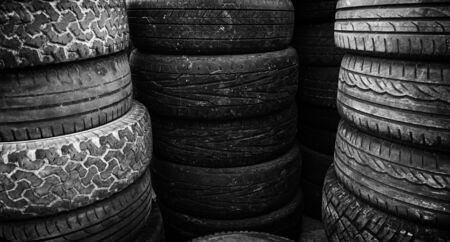 Oude banden, detail van oude autowielen, rubber, verontreiniging