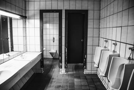 Vecchi bagni pubblici, dettaglio del bagno pubblico in città Archivio Fotografico