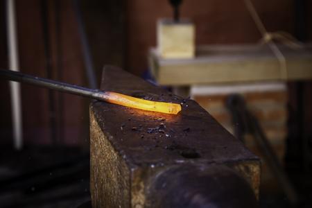 Eisenglühlampe in einer alten Metallschmiede, Industriedetail Standard-Bild
