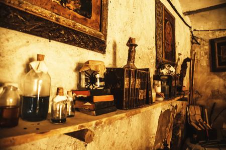 Objetos de brujería para hacer magia, detalle de creencia y misterio, miedo Foto de archivo