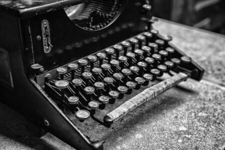 Old typewriter, detail of old writing instrument, keys 版權商用圖片 - 132996986