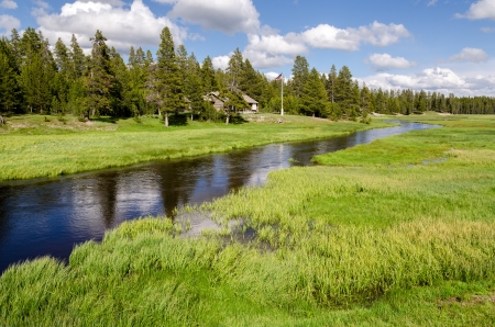 River with Rangers house in Yellowstone National Park in Wyoming 版權商用圖片 - 20172811