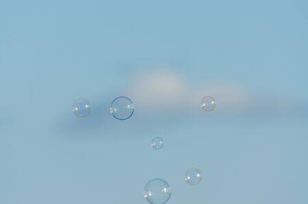 burbujas de jabon: burbujas de jab�n entre el cielo y las nubes Foto de archivo