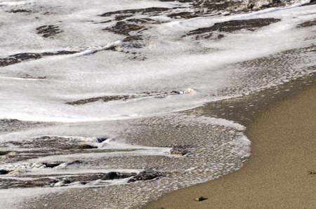 shoreline: peque�as olas en la costa Foto de archivo