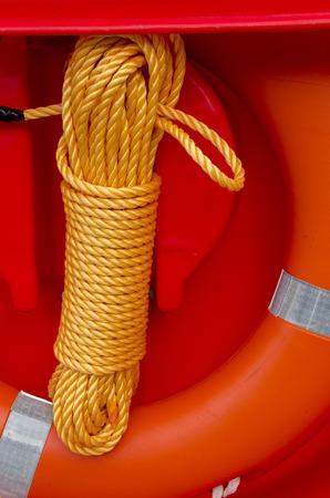 salvavidas: naranja salvavidas con la cola amarilla en el puerto de Génova