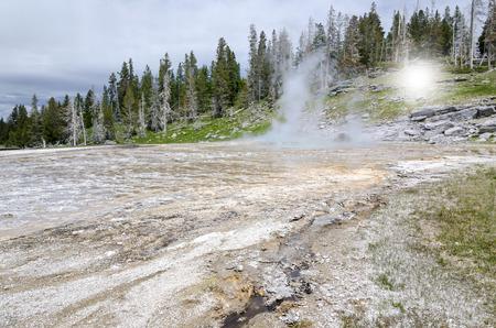 humo: Geyser in Yellowstone National Park Foto de archivo