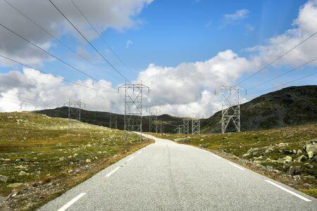 torres de alta tension: torres de energía en Noruega en el camino Tindevegen en Noruega
