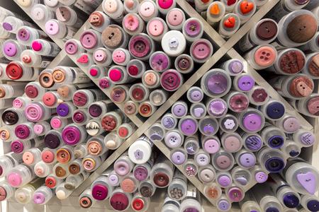Veel gekleurde knoppen op de tentoonstelling in Noorwegen in Lofoten in Harstad Stockfoto - 96101413