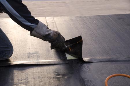 Verlegen von Abdichtungen und Isolierungen während der Renovierung eines Daches in Italien