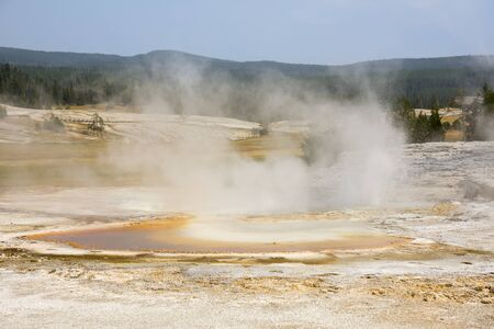 Geyser and hot spring in the old faithful basin in Yellowstone National Park in Wyoming 版權商用圖片 - 127610328