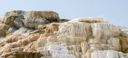 thermal springs and limestone formations at mammoth hot springs in Wyoming in America 免版税图像