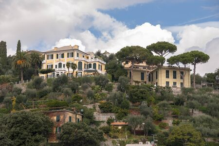 Landschaften, Häuser und Villen an der Küste von Portofino in Genua in Italien