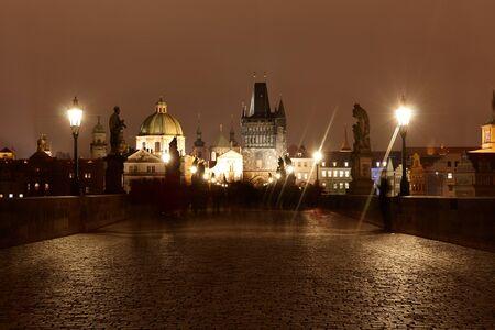 Praga 08122015: panorama della ponte Carlo di notte 新聞圖片