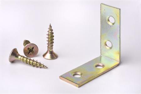 tornillos: tornillos y �ngulo de la hoja de metal Foto de archivo