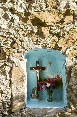 kruzifix: kleine Kruzifix mit Blumen