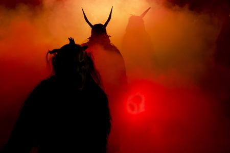 山の国に 12 月の夜、クランプスのマスクの表現 写真素材