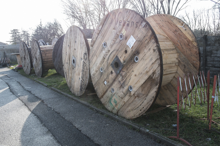 cables electricos: grandes carretes de madera para cables eléctricos