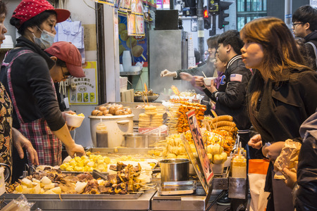 Straßenessen in Hong Kong Standard-Bild - 71113976