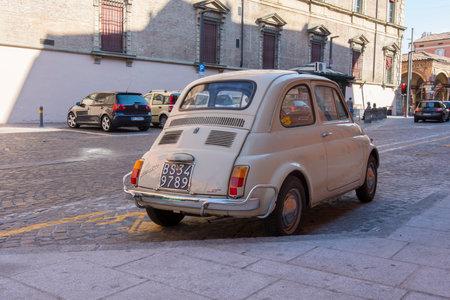 Une ancienne Fiat 500 voiture dans la rue Éditoriale