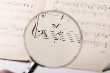 Bekijk door een vergrootglas notities in een muziekscore