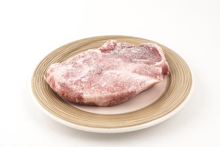 皿の上の冷凍ステーキ
