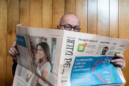 Aman reads The Il Sole 24 Ore Italian newspaper 에디토리얼
