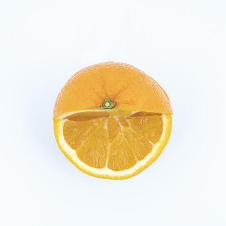 een oranje snee op een wit oppervlak Stockfoto
