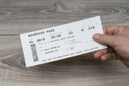 Die Bordkarte der KLM Airlines auf der Hand