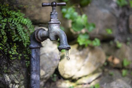 the faucet in the courtyard that drips Stockfoto