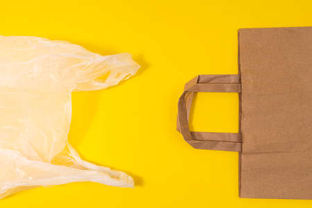the ecological choice: from the plastic bag to the recycled paper bag Standard-Bild - 160315002