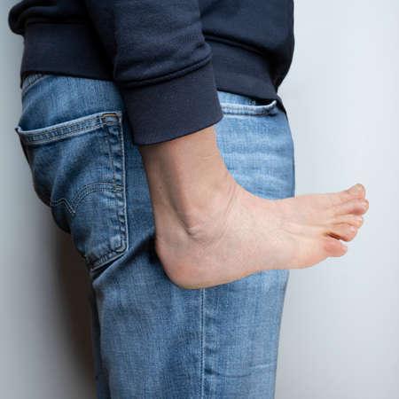 a man with a foot instead of a hand Standard-Bild