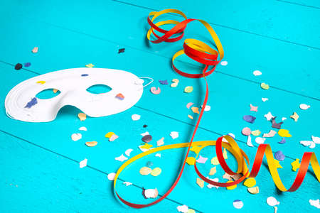 masks, confetti and streamers on a colorful carnival table Standard-Bild - 163589283