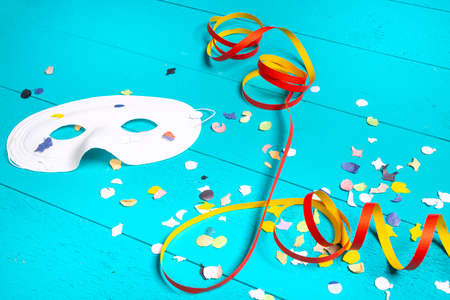 masks, confetti and streamers on a colorful carnival table Standard-Bild