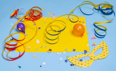 masks, confetti and streamers on a colorful carnival table Standard-Bild - 163597701