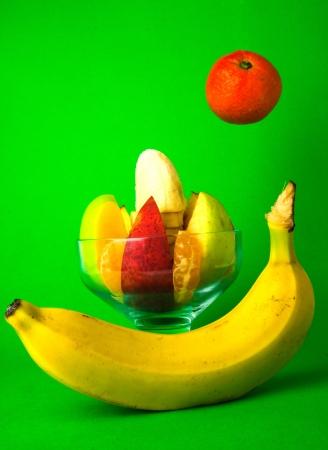 fondo verde oscuro: c�ctel de frutas es fotografiado sobre un fondo verde oscuro