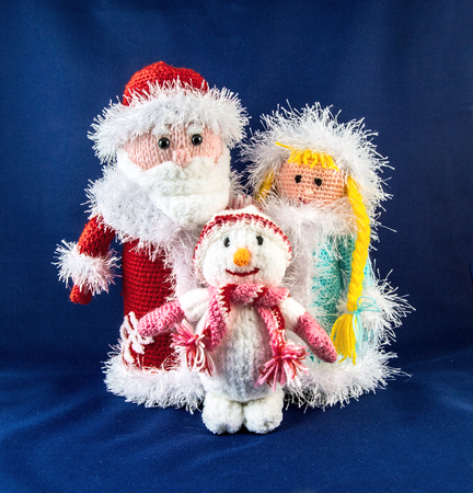 knitten: Santa Claus with snow Maiden and snowman. Knitting simbol.