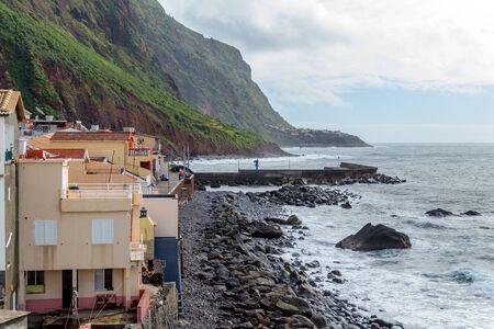 De kustlijn op een mooie warme dag op het eiland Madeira.