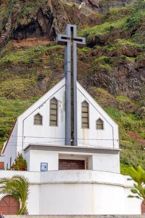 Kerk in de bergen in zonnig weer op het eiland Madeira.