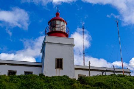 Vuurtoren op het meest westelijke punt van de kleurrijke kust van de rots Ponta do Pargo, Madeira.