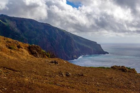 Westermost punt kleurrijke klif kust Ponta do Pargo, Madeira. Stockfoto