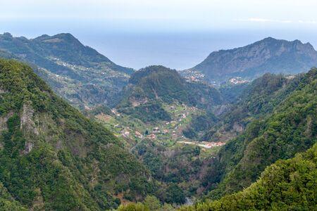 Het pad bergen, prachtig uitzicht op de bergtoppen in Madeira, Portugal