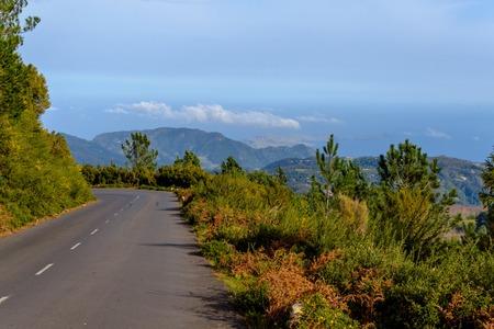 Mooie weg hoog in de bergen van het eiland Madeira, Portugal Stockfoto