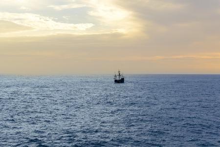 Een zeilboot op de zee. Columbus-schip dichtbij het Eiland van Madera, Portugal