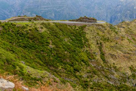 Mooie weg hoog in de bergen van Madeira Island, Portugal