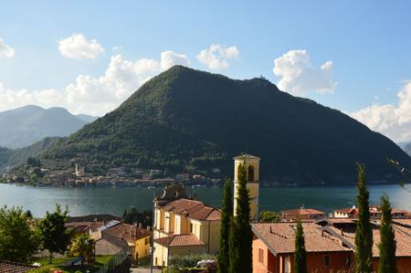 背景には、イタリアの山とイセオ...
