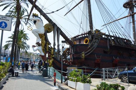 GENOVA, ITALIA - 15 GIUGNO 2017: Galleon Neptun a Oporto Antico a Genova, Italia. Si tratta di una nave replica di un galeone spagnolo del 17 ° secolo, costruito nel 1985 per il film Pirati di Roman Polanski. Archivio Fotografico - 81397019
